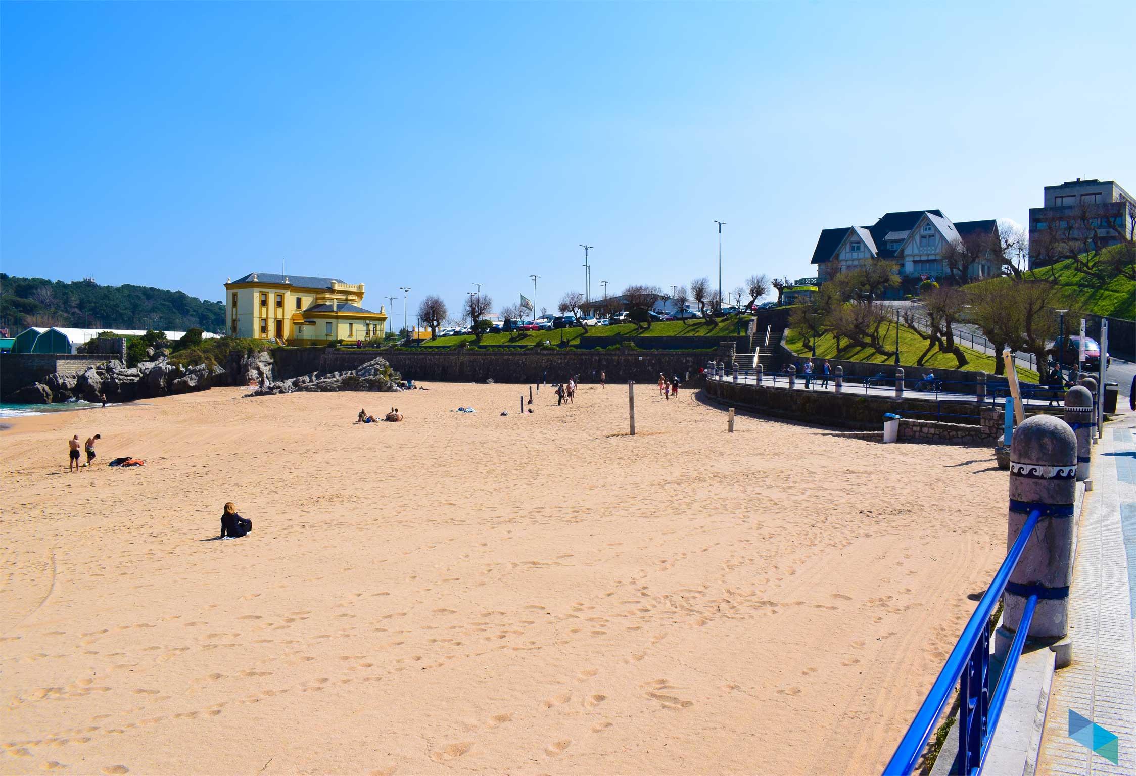 Arena de la Playa del Camello en Santander