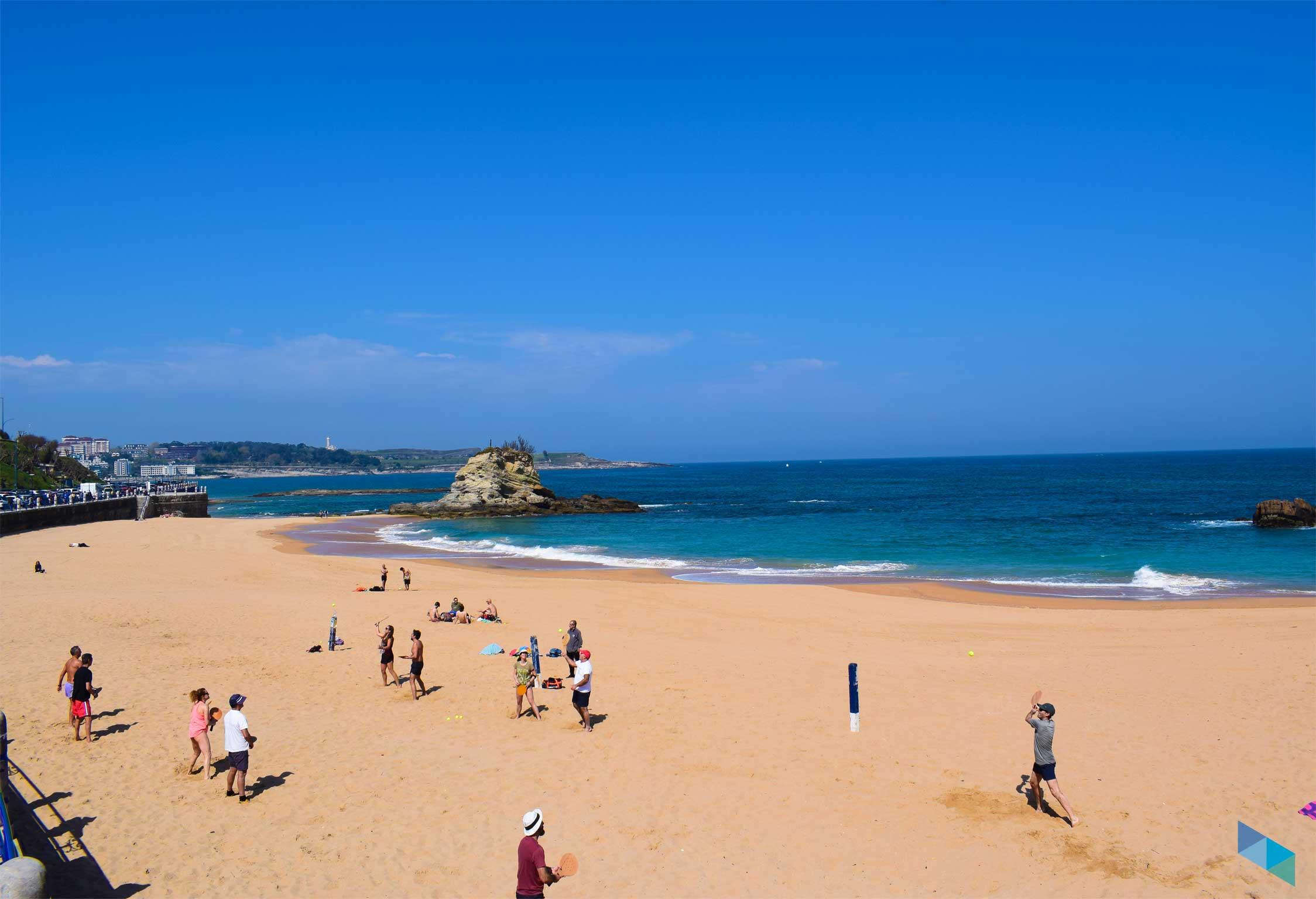 Jugando a las palas en la Playa del Camello en Santander