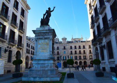 Plaza de Porticada Escultura de Velarde